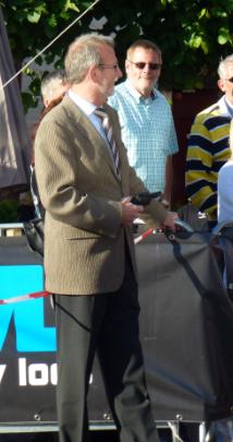 Burgemeester Rinus Michels voor het startschot